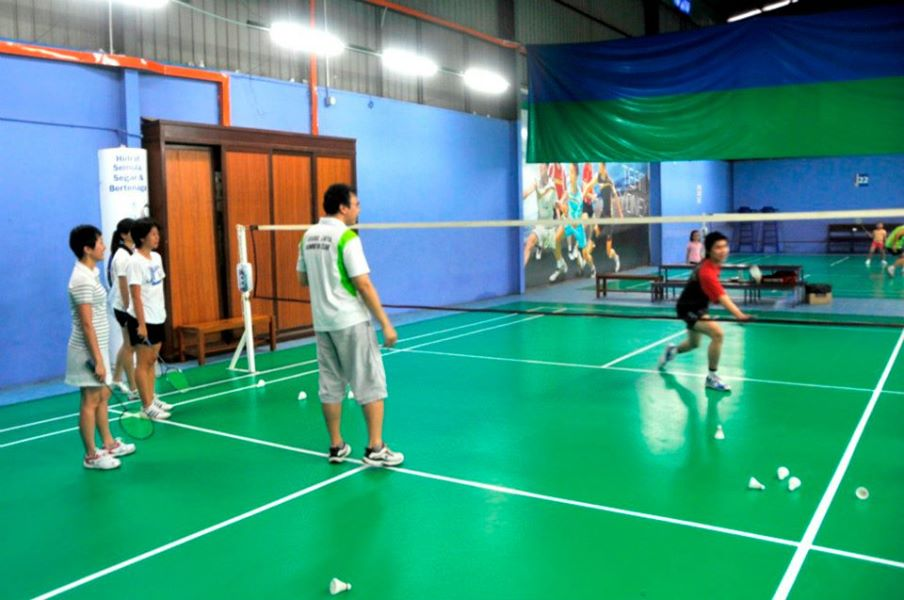 Students learning the correct footwork and how to return net drops